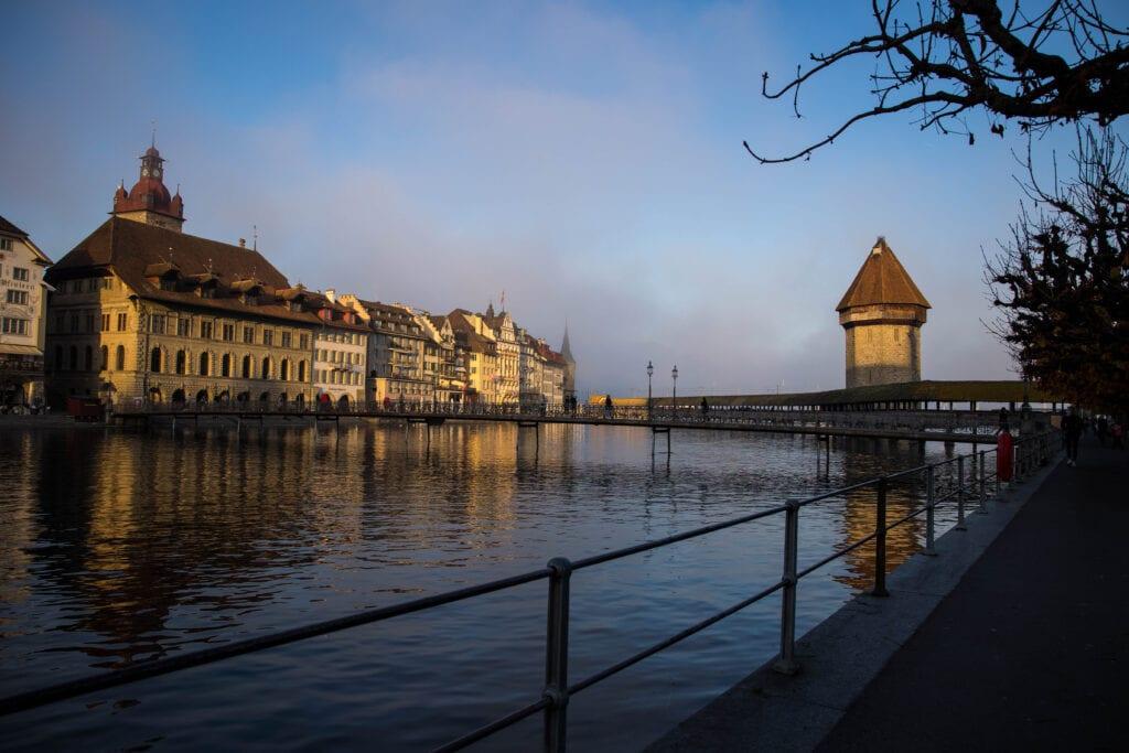 Luzern Wasserturm Kappelbrücke im Nebel von Theater aus Schöne Fotos Luzern