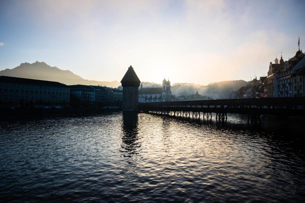 wasserturm von seebrücke aus mit pilatus Schöne Fotos Luzern mit Nebel