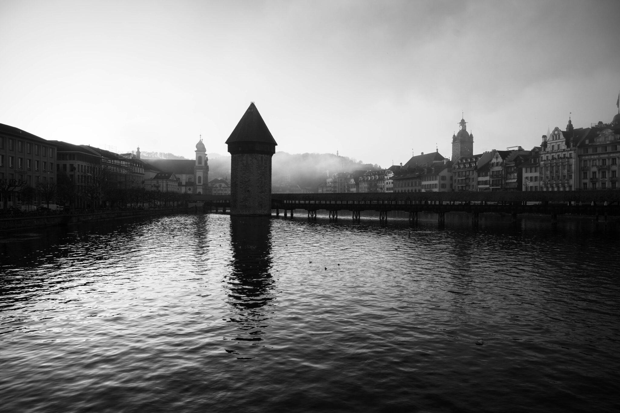 wasserturm von seebrücke aus s/w schöne Fotos Luzern